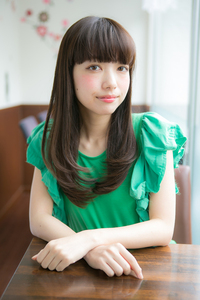 小松菜奈風 黒髪厚めバングでクラシカルスタイル